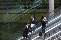 Business people on escalators 11010046267| 写真素材・ストックフォト・画像・イラスト素材|アマナイメージズ