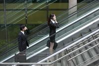 Business people on escalator 11010046274| 写真素材・ストックフォト・画像・イラスト素材|アマナイメージズ