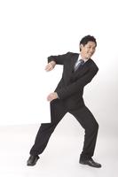 Businessman smiling and on the move 11010046287| 写真素材・ストックフォト・画像・イラスト素材|アマナイメージズ