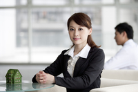 Businesswoman sitting and looking at the camera 11010046291| 写真素材・ストックフォト・画像・イラスト素材|アマナイメージズ