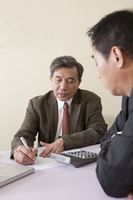 Business men writing and looking down 11010046410| 写真素材・ストックフォト・画像・イラスト素材|アマナイメージズ