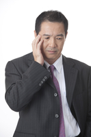 Business man looking down with head in hand 11010046426  写真素材・ストックフォト・画像・イラスト素材 アマナイメージズ