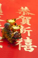 Animal sculpture and gold ingot on spring couplets 11010047489| 写真素材・ストックフォト・画像・イラスト素材|アマナイメージズ
