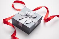Gift box and red ribbon 11010047912| 写真素材・ストックフォト・画像・イラスト素材|アマナイメージズ