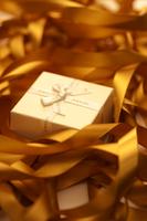 Gift box in tangled golden ribbon 11010047913| 写真素材・ストックフォト・画像・イラスト素材|アマナイメージズ