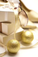 Golden balls with a pile of gift boxes and a pair of glasses 11010047918| 写真素材・ストックフォト・画像・イラスト素材|アマナイメージズ