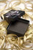 Empty gift box and curled golden ribbon 11010047922| 写真素材・ストックフォト・画像・イラスト素材|アマナイメージズ