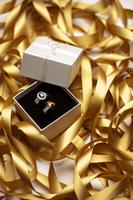 Diamond rings with tangled golden ribbon 11010047930| 写真素材・ストックフォト・画像・イラスト素材|アマナイメージズ