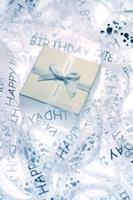 Gift box in curled ribbon 11010047942| 写真素材・ストックフォト・画像・イラスト素材|アマナイメージズ