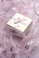Gift box in curled ribbon 11010047944| 写真素材・ストックフォト・画像・イラスト素材|アマナイメージズ