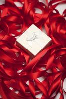 Gift box in tangled red ribbon 11010047948| 写真素材・ストックフォト・画像・イラスト素材|アマナイメージズ