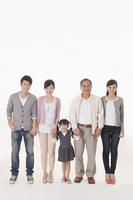 Three Generation Family standing and smiling at the camera together 11010049376  写真素材・ストックフォト・画像・イラスト素材 アマナイメージズ