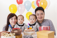 Young fa with baby twins celebrating birthday together, 11010049692| 写真素材・ストックフォト・画像・イラスト素材|アマナイメージズ