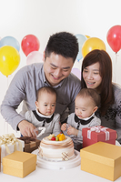 Young family with baby twins and celebrating birthday together 11010049719| 写真素材・ストックフォト・画像・イラスト素材|アマナイメージズ