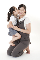 Little girl kissing mother and mother smiling happily 11010051062| 写真素材・ストックフォト・画像・イラスト素材|アマナイメージズ