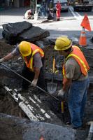 道路工事をする2人男性