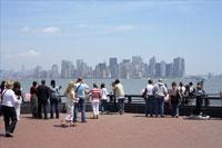 ビル群を眺める人々 11011003992| 写真素材・ストックフォト・画像・イラスト素材|アマナイメージズ