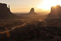 モニュメントバレーの朝焼け逆光風景