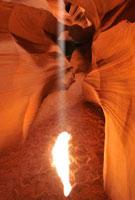 アンテロープキャニオンの岩肌と光芒