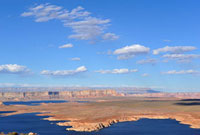 レイクパウエルの湖面と青空と雲