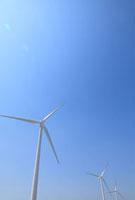 風力発電する風力タービンと青空