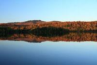 紅葉と湖と青空