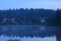 朝の湖畔と建物