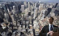 マンハッタンのビル群と白人男性