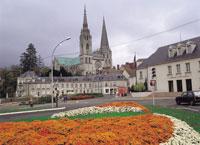 シャルトル大聖堂と花壇 フランス