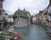旧牢獄と川の町並み フランス 11012008763| 写真素材・ストックフォト・画像・イラスト素材|アマナイメージズ