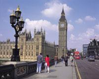 ロンドンの国会議事堂と川待ち行く人々 イギリス
