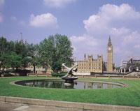 ロンドンの国会議事堂と噴水のある芝生 イギリス