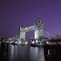 夜のタワーブリッジと川 イギリス