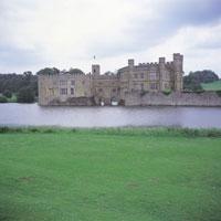 リーズ城と芝生 イギリス 11012008860| 写真素材・ストックフォト・画像・イラスト素材|アマナイメージズ