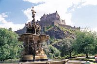 エジンバラ城と噴水 イギリス 11012008908| 写真素材・ストックフォト・画像・イラスト素材|アマナイメージズ