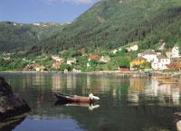 バレストランの街並みと海に浮かぶ船 ノルウェー 11012009138| 写真素材・ストックフォト・画像・イラスト素材|アマナイメージズ