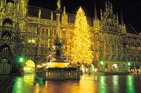 ミュンヘン市庁舎前のクリスマスツリー 11012009926  写真素材・ストックフォト・画像・イラスト素材 アマナイメージズ
