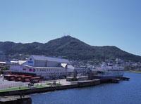 函館山と摩周丸 11012011406| 写真素材・ストックフォト・画像・イラスト素材|アマナイメージズ