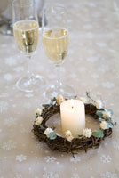 シャンパンとキャンドルとクリスマスリース 11012011988| 写真素材・ストックフォト・画像・イラスト素材|アマナイメージズ