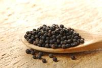 木杓子に盛られた黒胡椒