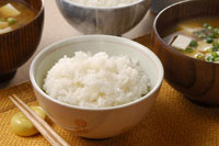 湯気のたつご飯と味噌汁