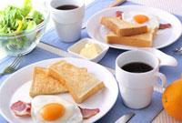 パンと目玉焼きの朝食