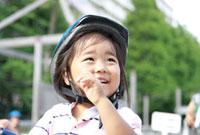 ヘルメットをかぶった女の子