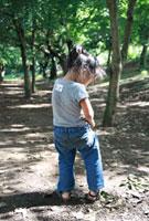 公園で遊ぶ女の子の後姿