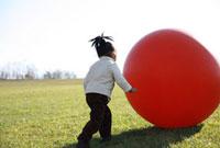 芝生でボール遊びをする女の子