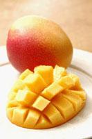 カットされたマンゴーと1個のマンゴー