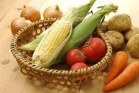 トウモロコシとトマトとニンジンとジャガイモとタマネギ