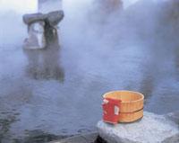 露天風呂と桶と手ぬぐい