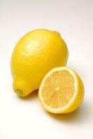 1個のレモンとレモンの断面