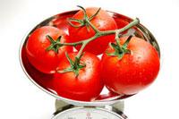量りの上のトマト